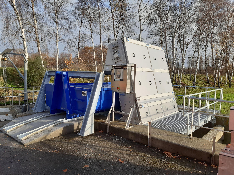 Afdeling Technieken installeert volautomatisch fijnrooster met containerafvoer bij Water-link